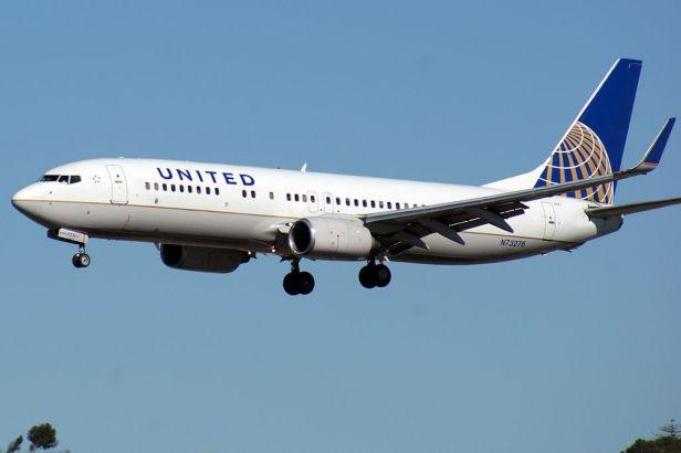 1024px-continental_737-824_landing_at_ksan